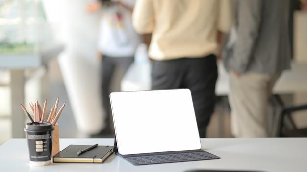 Local de trabalho com computador portátil, material de escritório e café. Foto Premium