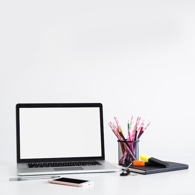 Local de trabalho, com, laptop, perto, caneta, lápis, lata, e, smartphone Foto gratuita
