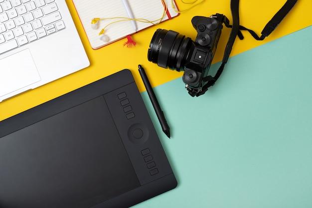 Local de trabalho com mesa gráfica e fotocâmera Foto Premium