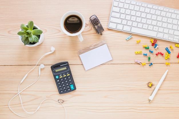 Local de trabalho com teclado de calculadora e estacionário Foto gratuita