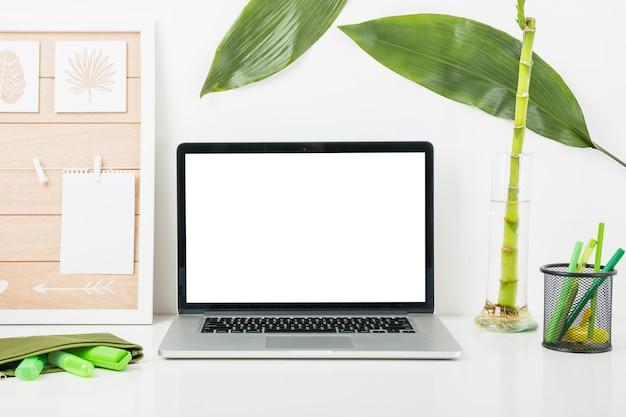 Local de trabalho confortável com laptop na mesa em casa Foto gratuita