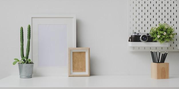 Local de trabalho confortável com mock up frame e copie o espaço com a câmera Foto Premium