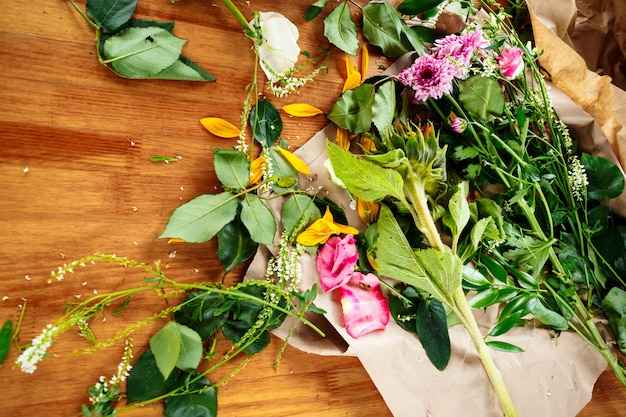 Local de trabalho do florista com flores frescas Foto Premium