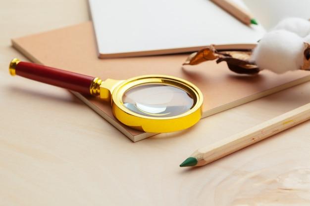 Local de trabalho moderno de cor bege na mesa de superfície de madeira com muitas coisas Foto Premium