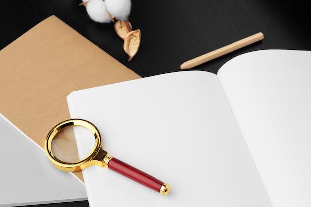 Local de trabalho moderno na mesa de madeira com muitas coisas nele. vista do topo Foto Premium