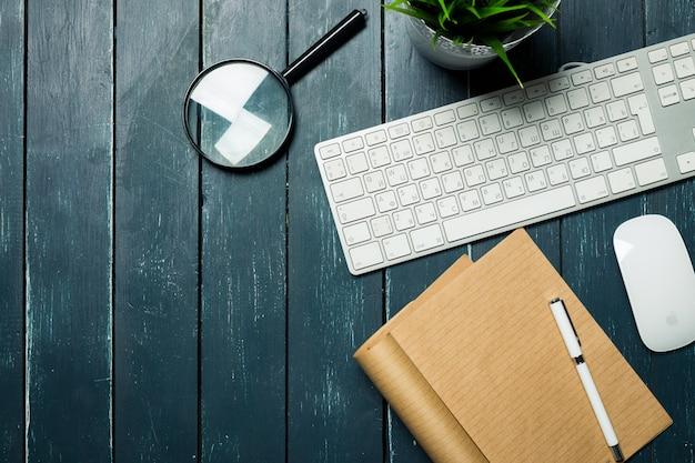 Local de trabalho na mesa de madeira Foto Premium
