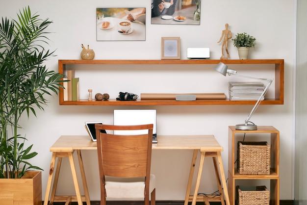 Local de trabalho vazio no escritório Foto gratuita