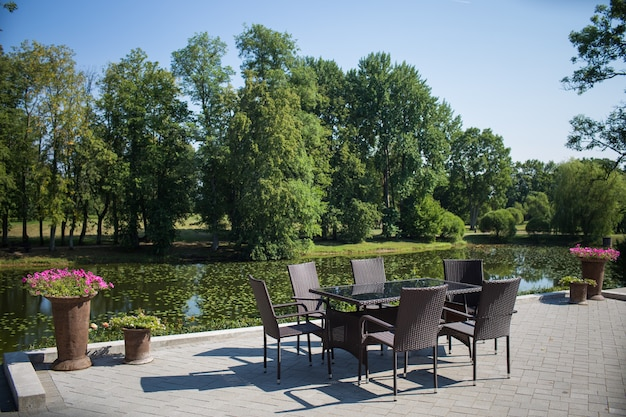 Local para relaxar - bela paisagem com um lago. Foto Premium