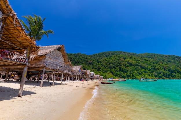 Local, pessoas, vender, lembranças, em, a, moken, vila, em, ilhas nacionais surin, parque, tailandia Foto Premium