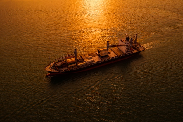 Logística silhueta, transporte, carga, mar aberto, e, sobre, a, pôr do sol, fundo Foto Premium
