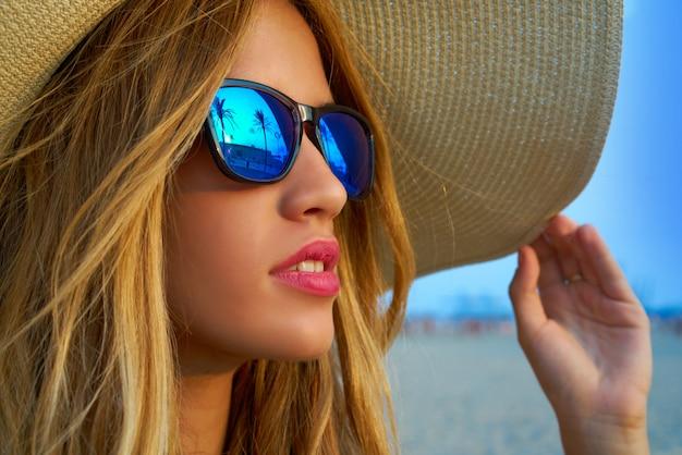 22e8cfad1 Loira adolescente óculos escuros e pamela chapéu de sol Foto Premium
