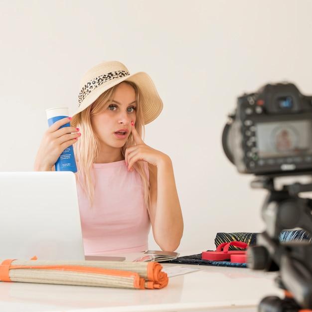Loira influencer gravação férias vídeo Foto gratuita