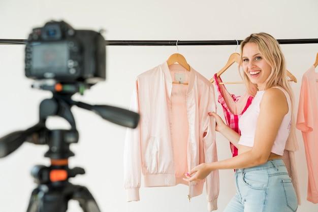 Loira influencer gravando moda vídeo Foto gratuita