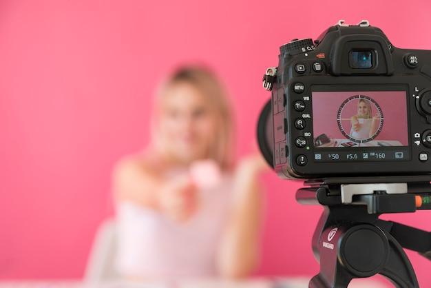 Loira influenciador gravador compõem vídeo Foto Premium
