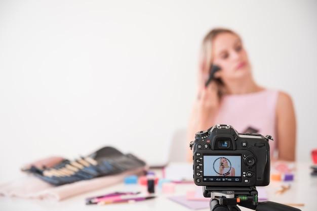 Loira influenciador gravador compõem vídeo Foto gratuita