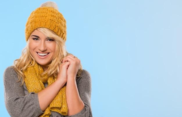 Loira linda de chapéu e lenço Foto gratuita
