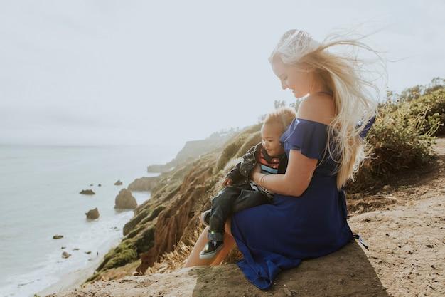 Loira mãe com o filho ao ar livre Foto Premium