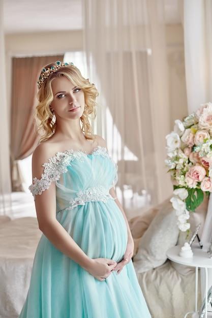 Loira noiva grávida se tornar mãe e esposa Foto Premium