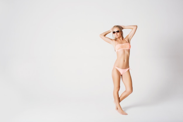 Loira sexy em óculos de sol Foto Premium