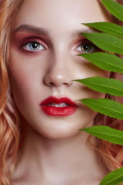Loira sexy moda com ramo de maquiagem vermelho brilhante Foto Premium