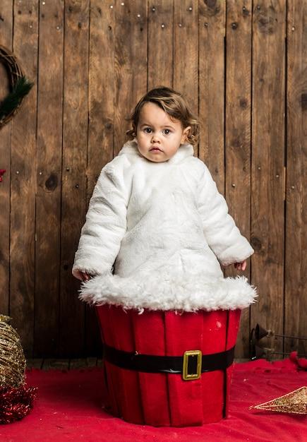 Loirinha está vestindo um jaleco branco na madeira Foto Premium