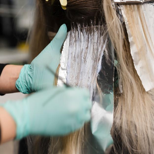 Loiro, mulher, obtendo, dela, cabelo, tintura Foto gratuita