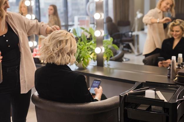 Loiro, mulher, obtendo, dela, cabelo Foto gratuita