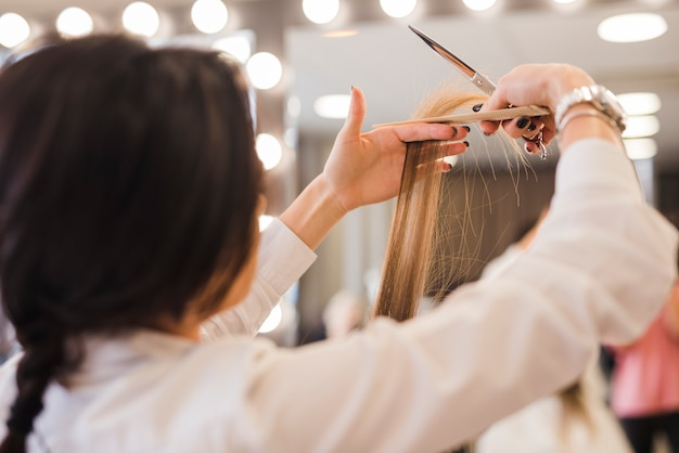 Loiro, mulher, obtendo, dela, corte cabelo Foto gratuita