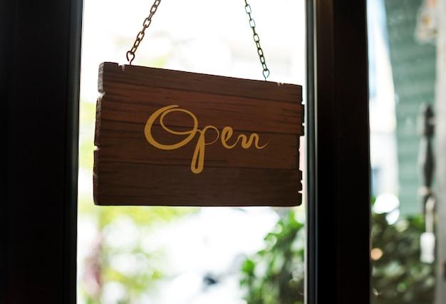 Loja aberta maquete de sinal de madeira Foto gratuita