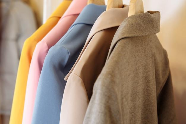 Loja de roupas. casacos de caxemira coloridos Foto Premium