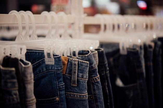 Loja de roupas, loja de roupas em cabide na boutique loja moderna Foto gratuita