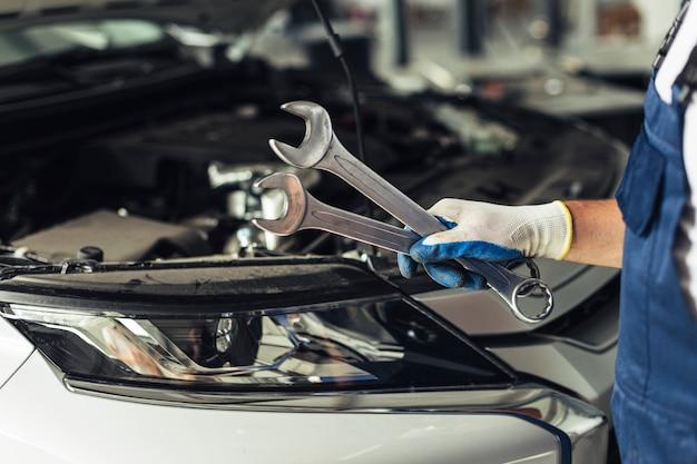Loja de serviço de carro de vista frontal para reparar carros Foto Premium