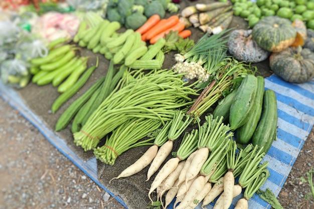 Lojas vendendo legumes no mercado Foto Premium