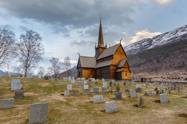 Lom stave igreja (lom stavkyrkje) com primeiro plano de cemitério Foto Premium