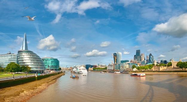 Londres, banco sul do tamisa em um dia brilhante, imagem panorâmica Foto Premium