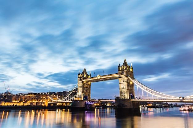 Londres, tower bridge bela vista ao nascer do sol Foto Premium