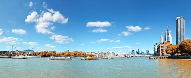 Londres, vista sobre o rio tamisa na catedral de st. paul e ponte blackfriars Foto Premium