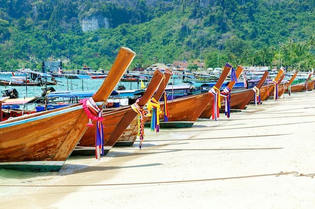Long beach bonita, ilha de phi phi, tailândia. paisagem tropical. conceito de viagens. Foto Premium