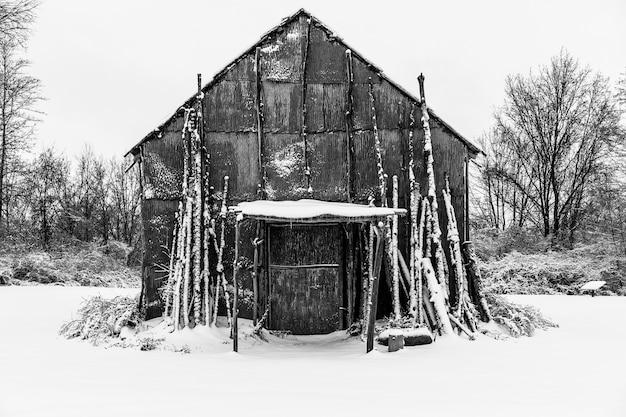 Long house nativo americano coberto de neve no inverno Foto gratuita