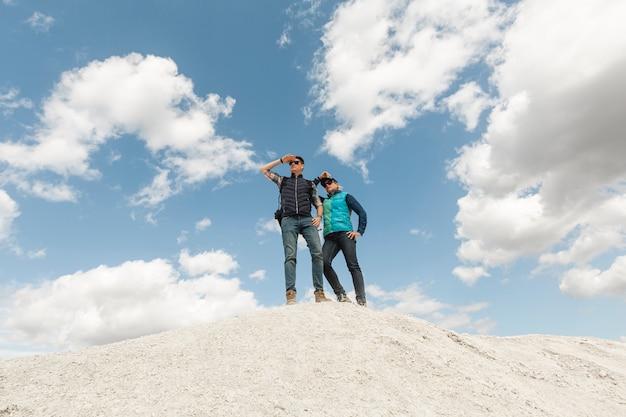 Long shot casal adulto até uma colina Foto gratuita