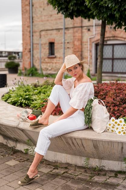 Long shot de mulher vestindo branco Foto gratuita