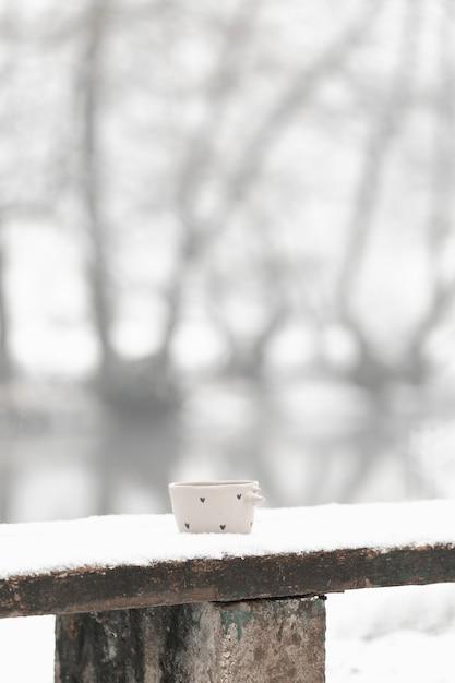 Long shot xícara de chá no inverno Foto gratuita