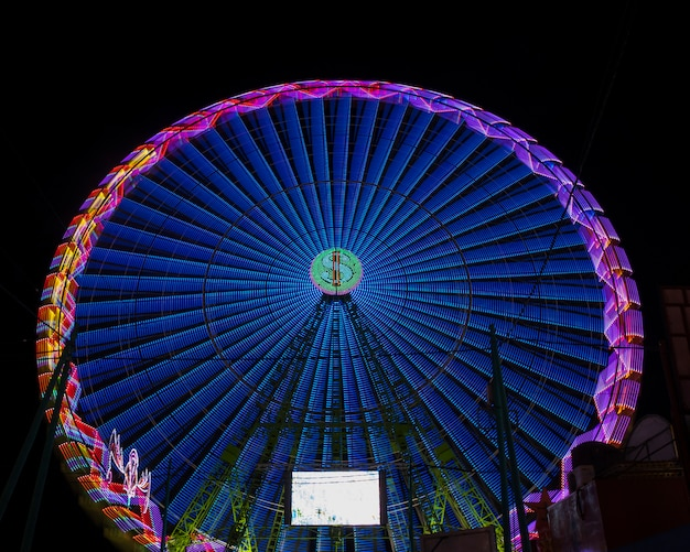 Long view cores quentes maravilha roda na noite Foto gratuita