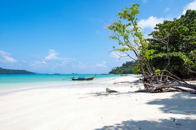 Longa cauda de madeira barco âncora com csytal mar branco areia Foto Premium
