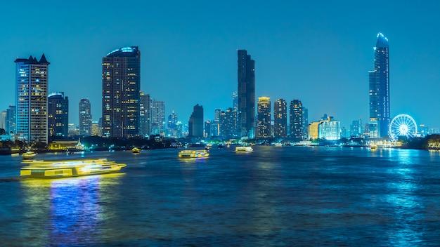 Longa exposição, atmosfera de banguecoque no rio chao phraya à noite Foto Premium