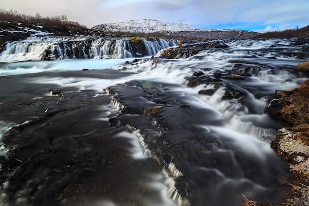Longa exposição da cachoeira bruarfoss no inverno Foto Premium
