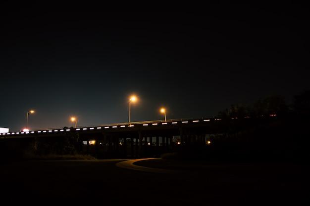 Longa exposição de um viaduto da estrada à noite Foto Premium