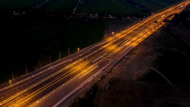Longa exposição no transporte de carro de tráfego de noite na tailândia vista aérea superior Foto Premium