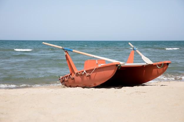 Longo barco a remo à beira-mar Foto gratuita