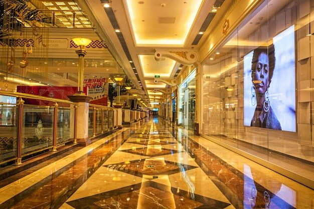 Longo corredor e vitrine Foto gratuita